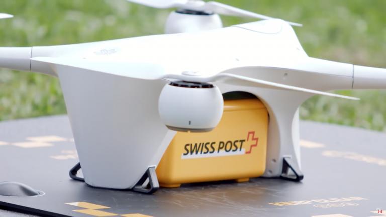 Un drone della Posta Svizzera trasporta provette tra due ospedali